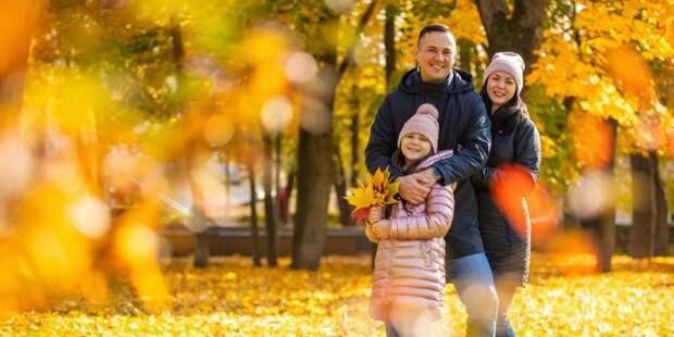 В сквере по Олонецкому открылась фотовыставка семейных портретов