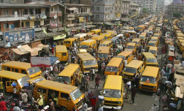 Как стоят в пробках в Нигерии. Машинами заполнены все улицы и дворы: как в России, но без снега