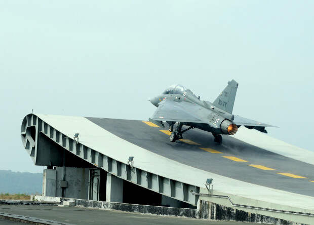 Индийский палубный истребитель впервые сел с помощью аэрофинишера