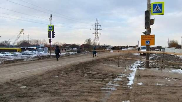 «Пошею вгрязи»: ростовчане пытаются найти тротуар намосту поМалиновского