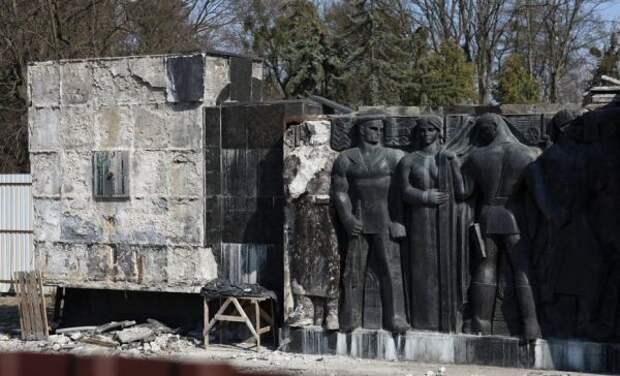 ВоЛьвове начался демонтаж барельефов Монумента славы Советской армии