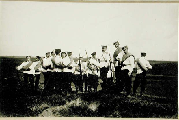 58. Группа воспитанников во время летних учений