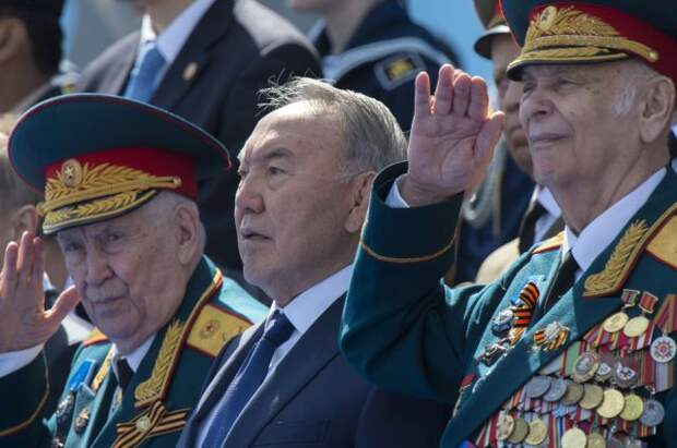 Нурсултан Назарбаев (в центре) во время военного парада в честь 70-летия Победы