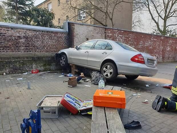 Северный Рейн-Вестфалия: водитель врезался в пешеходов на парковке супермаркета – один человек погиб