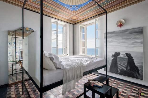 Комната с морским пейзажем
