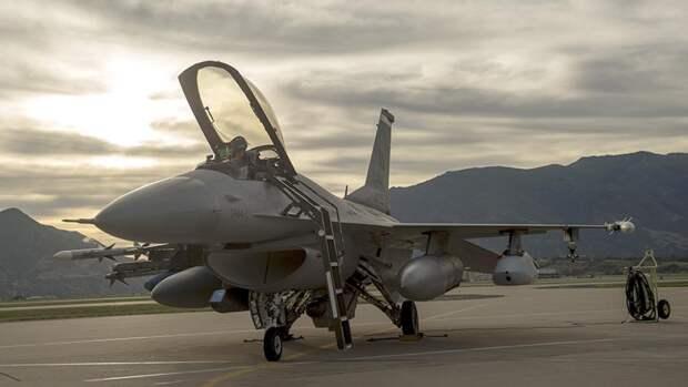 Многофункциональный легкий истребитель F-16C на авиабазе ВВС США «Авиано»