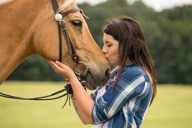 Девушка стала плакать рядом с лошадью, решив проверить ее реакцию