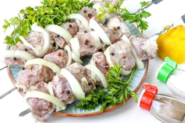 сырое мясо с луком на шампурах