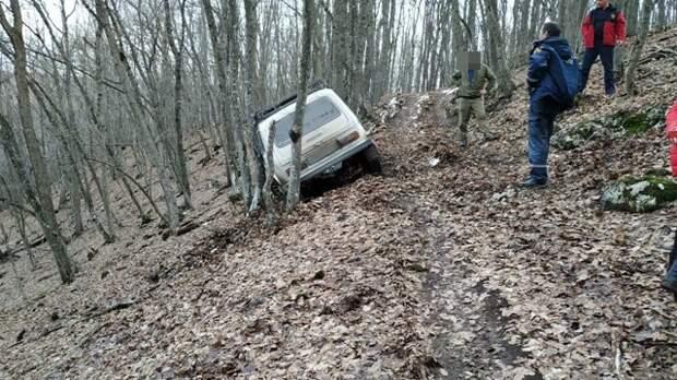 В лесу рядом с поселком Межгорье в грязи застрял автомобиль