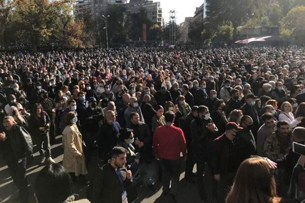 «Никол - предатель»: в Ереване третьи сутки не стихают уличные протесты из-за соглашения по Карабаху