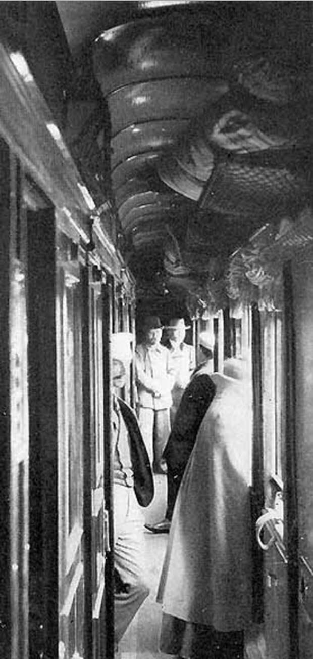 14. В вагонном коридоре
