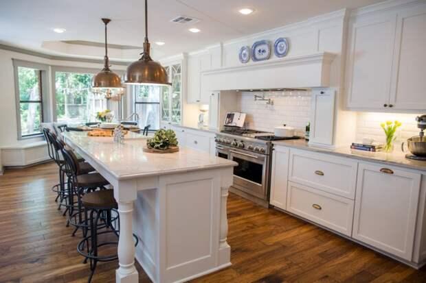 столешница белого цвета для кухни с эркером