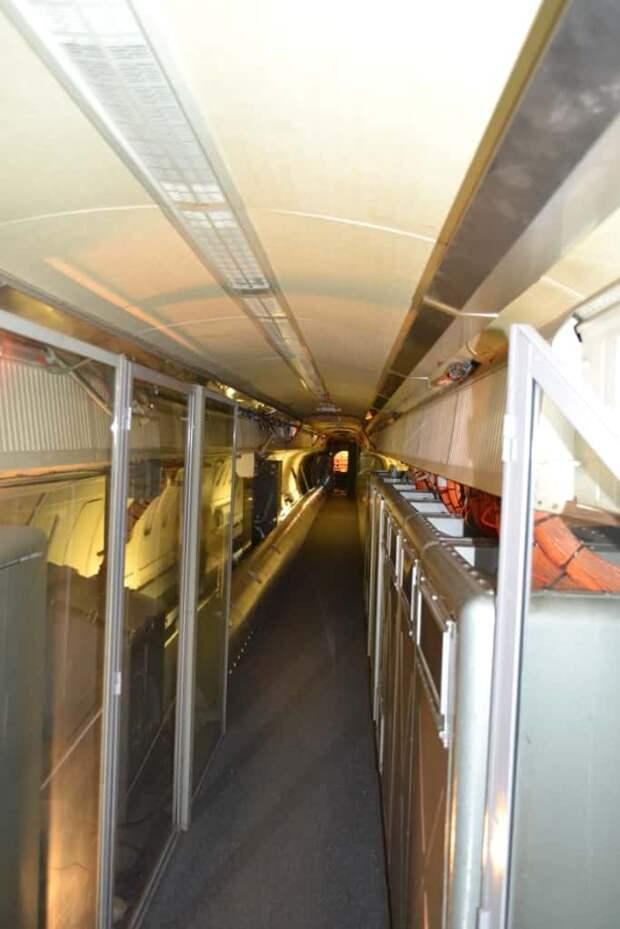 Салон опытного «Конкорда» занимают многочисленные стойки с измерительной и контрольно-записывающей аппаратурой, которая фиксировала параметры полета и работы всех систем
