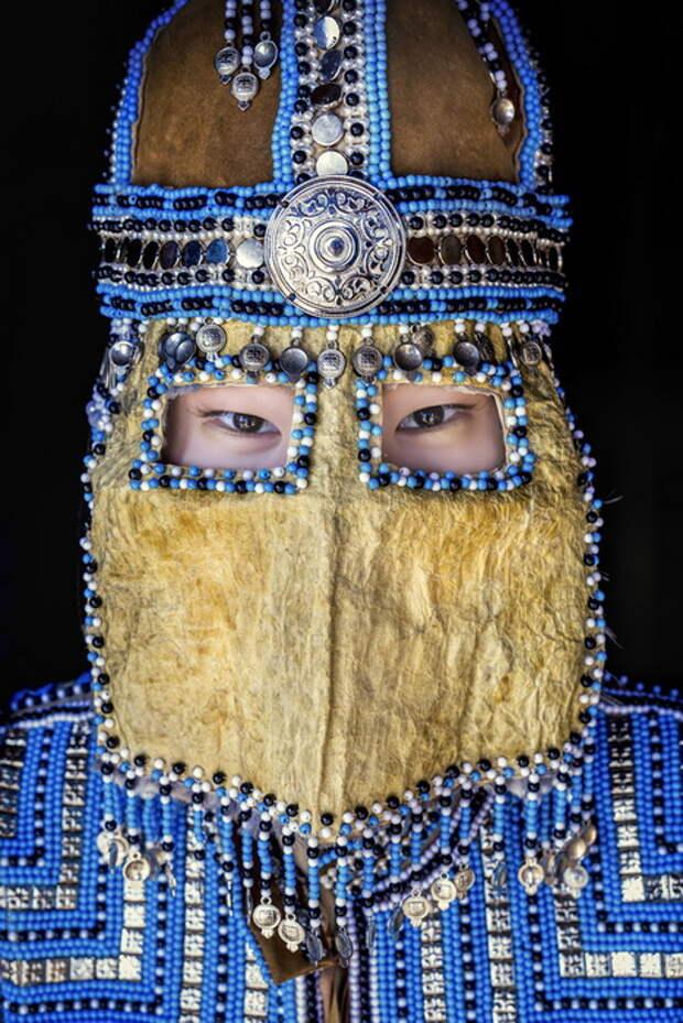 Жительница Республики Саха. Женщина надела свадебную маску.