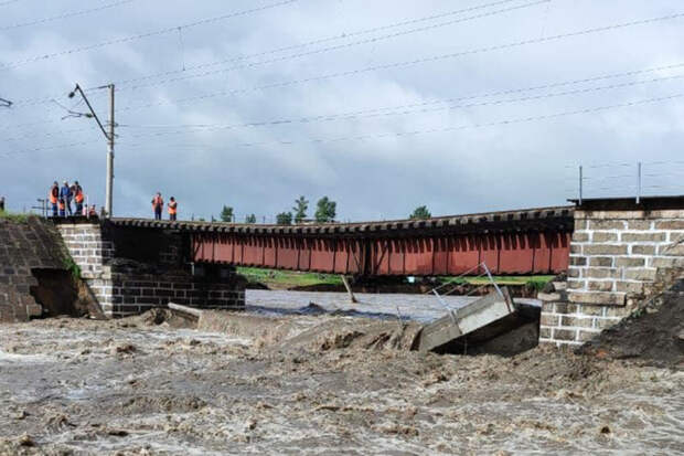 Железнодорожный мост обрушился из-за дождей на Транссибирской магистрали
