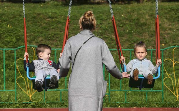Спустя 25 лет: Медведев предложил поднять пособие по уходу за ребенком с 50 руб.