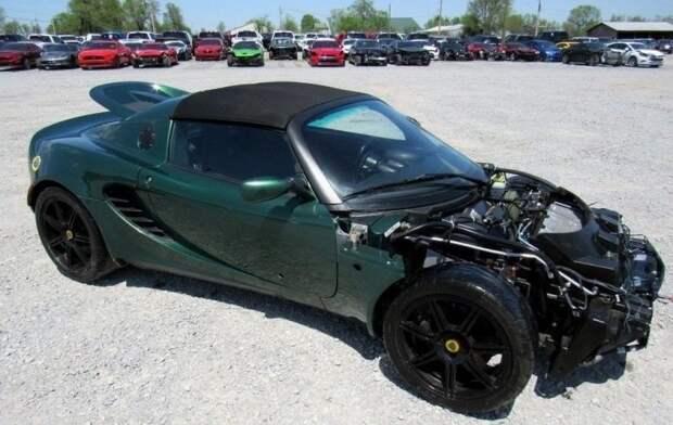 Дело в том, что переднего бампера как такового у Elise нет, а линия разъема рядом с фарами – муляж, то есть выштамповка в большой цельной кузовной детали, накрывающей весь передок. lotis, lotus elise, автмобили, авто, найдено на ebay, продажа авто, страховая компания, царапина
