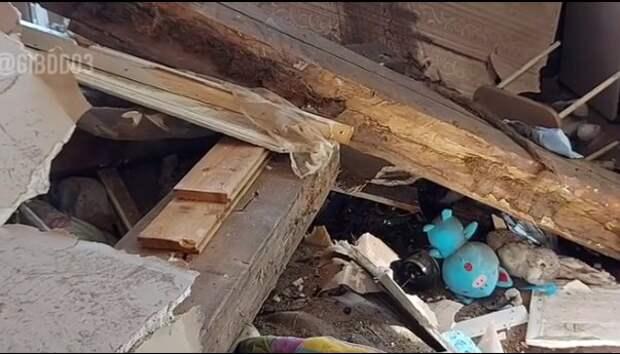 «Тойота» застряла в доме в метре от земли. Среди пострадавших — дети