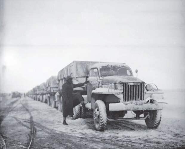 Колонна автомашин с грузами по ленд-лизу в Иране на пути в СССР в 1943 году