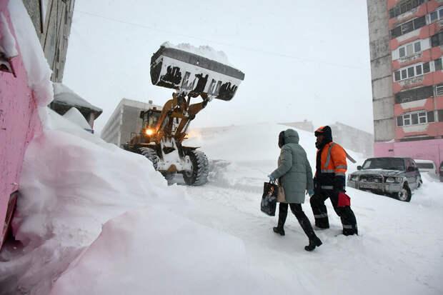 Автомобили в Норильске оказались под трёхметровыми сугробами