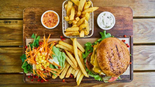 Психологи обнаружили причину переедания