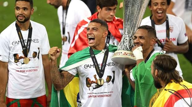«Это для вас!» Игроки «Севильи» вышли на награждение в футболках с изображением умерших экс-футболистов клуба