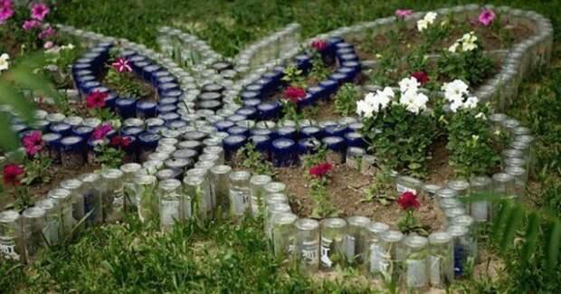 Применение стеклянных бутылок на садовом участке
