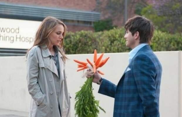 натали портман и эштон кутчер с букетом морковки