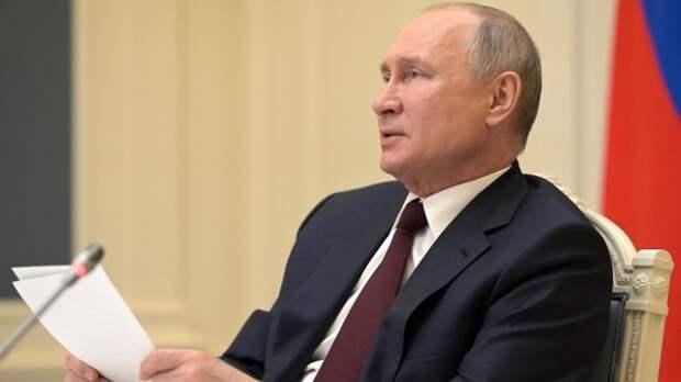 """В центре Петербурга мужчина с криками """"Путин — наш президент"""" забрался на подъемник"""