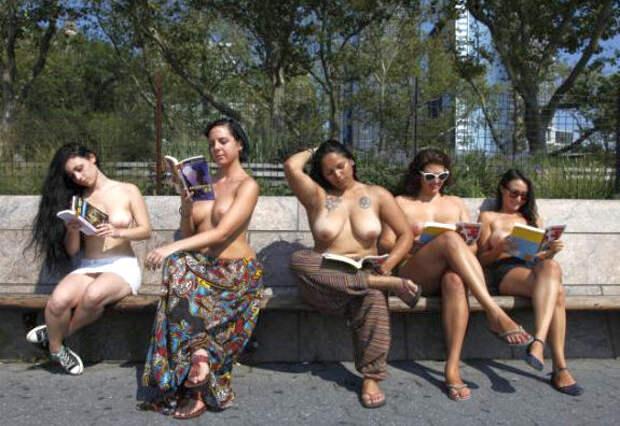 Читай голышом! Жительницы Нью-Йорка рекламируют литературу топлесс