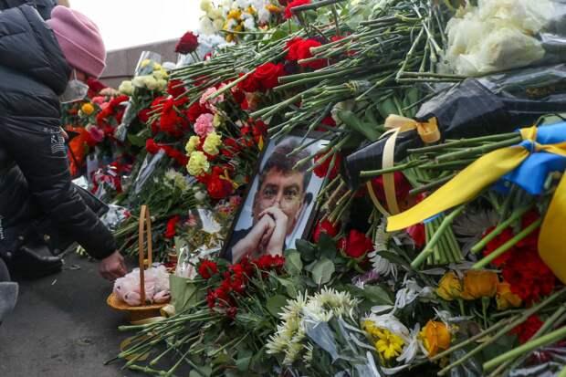 В Москве скорбящие по Немцову либералы разругались и залили глаза женщине – ее увезла «Скорая»
