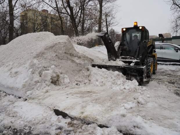 В ликвидации последствий снегопада в Строгине участвуют 47 единиц техники — Жилищник