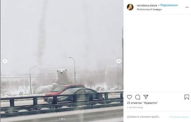 Фото дня: Ростокинские медведи следят за движением транспорта