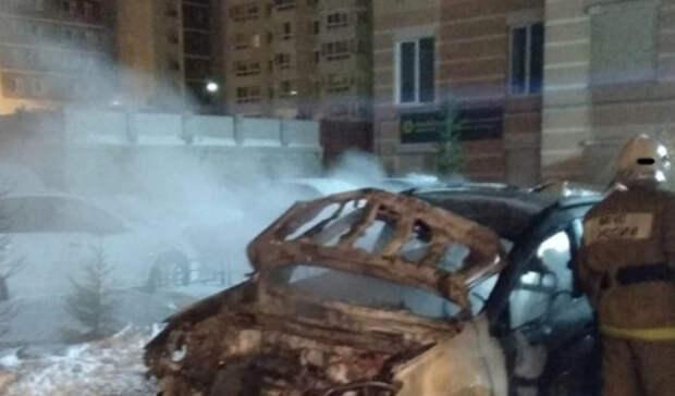 ВНижнем Тагиле наулице Булата Окуджавы сгорела иномарка