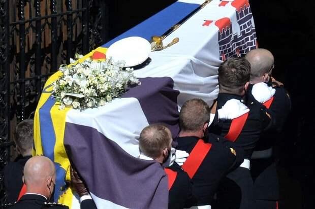 Раздетая активистка и русская молитва: как прошли похороны принца Филиппа