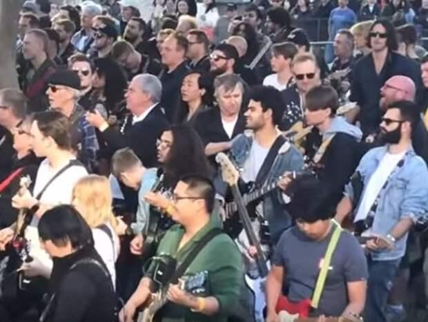 Почти 500 гитаристов синхронно сыграли песню AC/DC