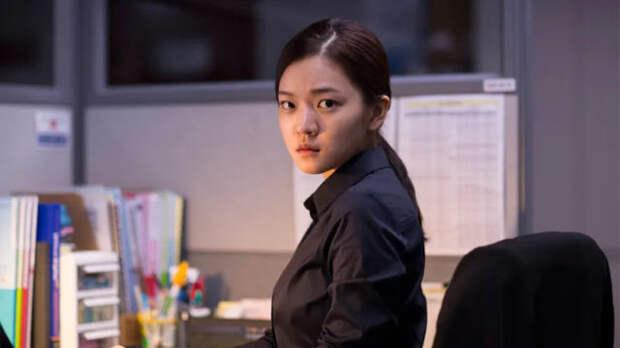 девушка кореянка в офисе