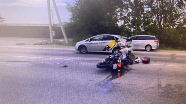 Таксист не дал возможности мотоциклисту проехать и сбил его на дороге в Уссурийске