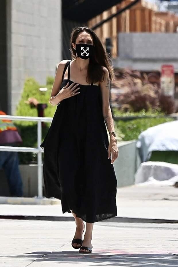 Женщина в черном: Анджелина Джоли на прогулке с сыном Ноксом