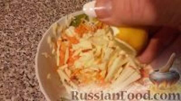 """Фото приготовления рецепта: Салат """"Витаминный"""" - шаг №7"""