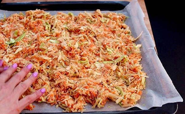 Ленивый овощной пирог без хлопот с тестом: смешиваем капусту, морковь, картошку и ставим в духовку на 20 минут