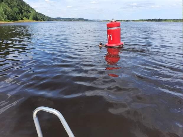 Уставшего посреди заплыва через Каму ребенка спасли в 70 метрах от берега в Сарапуле