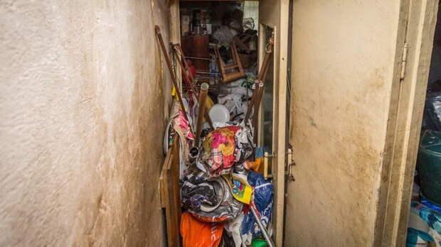 Пожилая женщина забила свою квартиру хламом до самого потолка