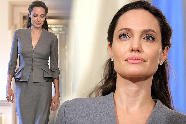 Актриса Анджелина Джоли для визита в госдепартамент США надела серый костюм.