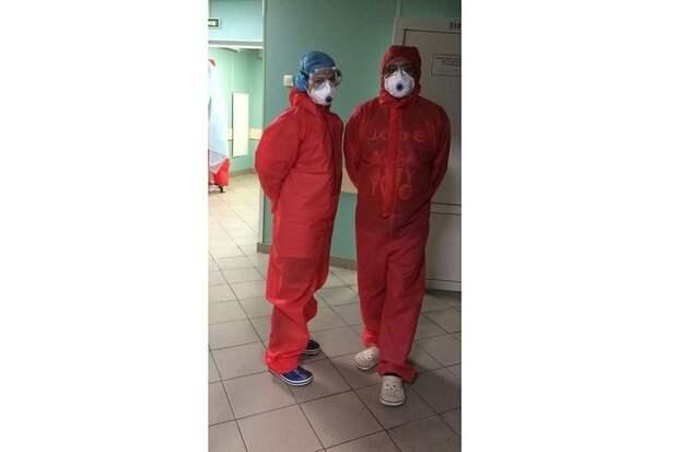 Сотрудники работают в костюмах спецзащиты. После смены их обрабатывают антисептиками, а потом надевают снова. Фото: предоставлено героем публикации