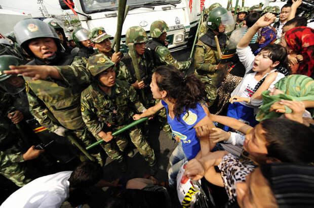 Уйгурские женщины протестуют во время демонстрации в Урумчи, провинция Синьцзян, 7 июля 2009 г.
