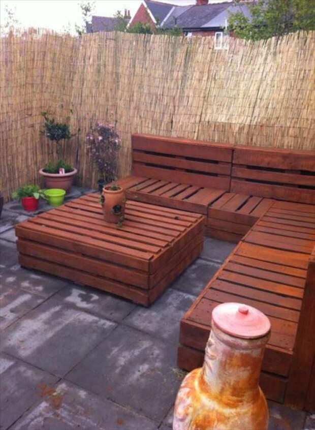 Современная и стильная мебель, сложенная из деревянных поддонов, станет изысканным украшением любого заднего двора.