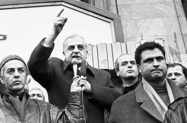 Звиад Гамсахурдия (в центре). Фото © РИА Новости