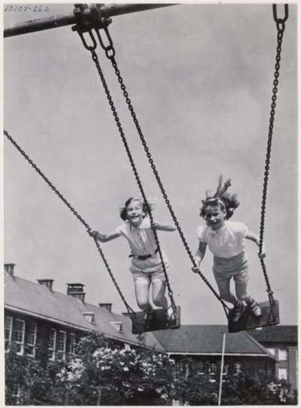 Крылатые качели. Ретро фотографии счастливых людей.
