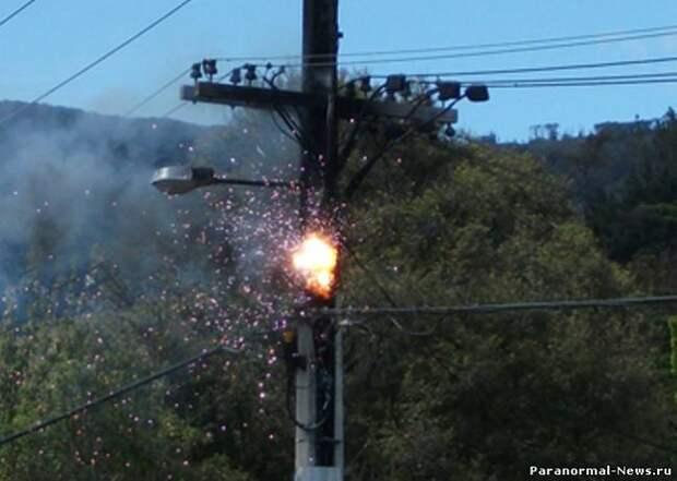 Электрические столбы воспламеняются в Техасе